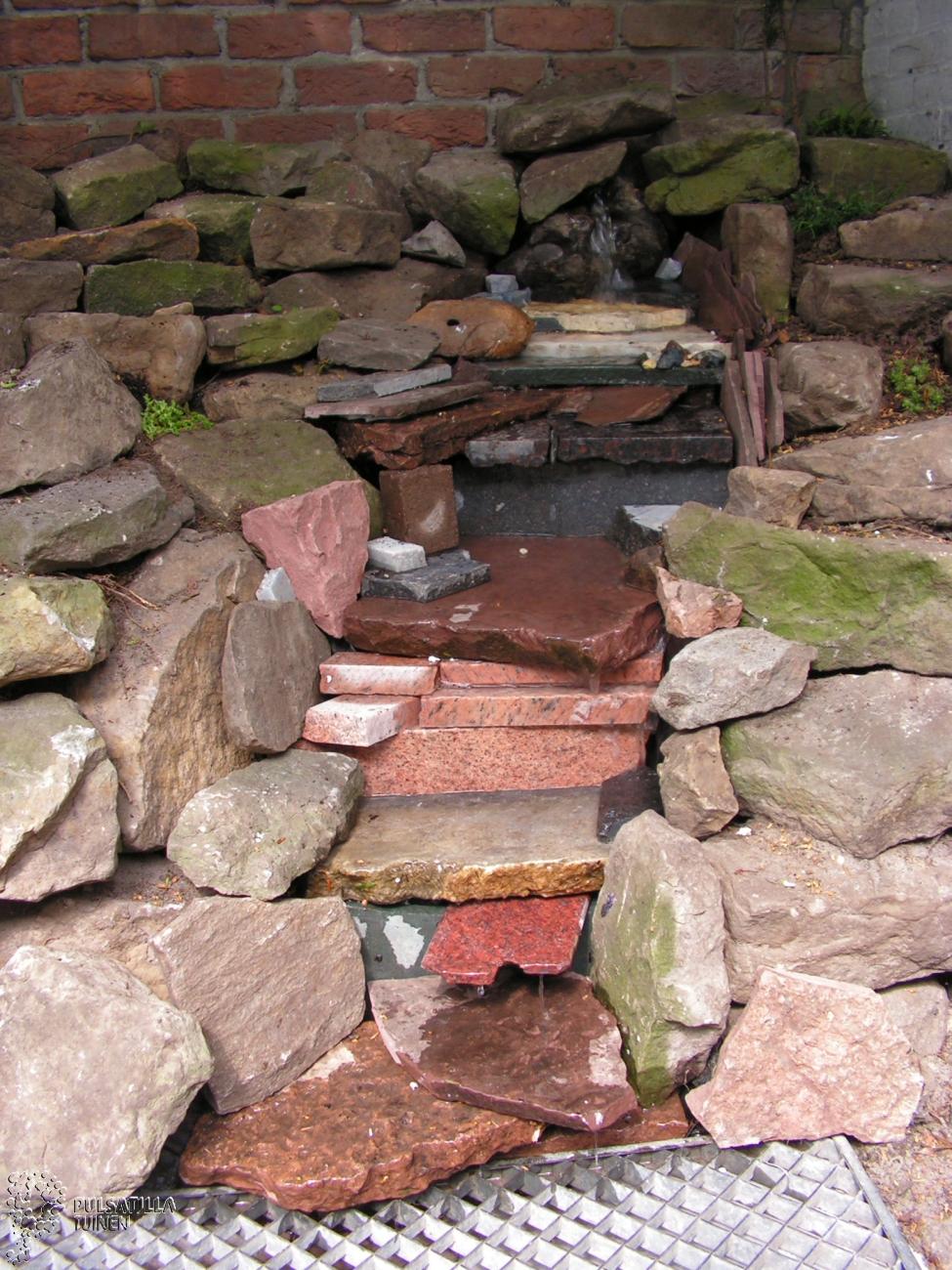waterval van grafsteenresten
