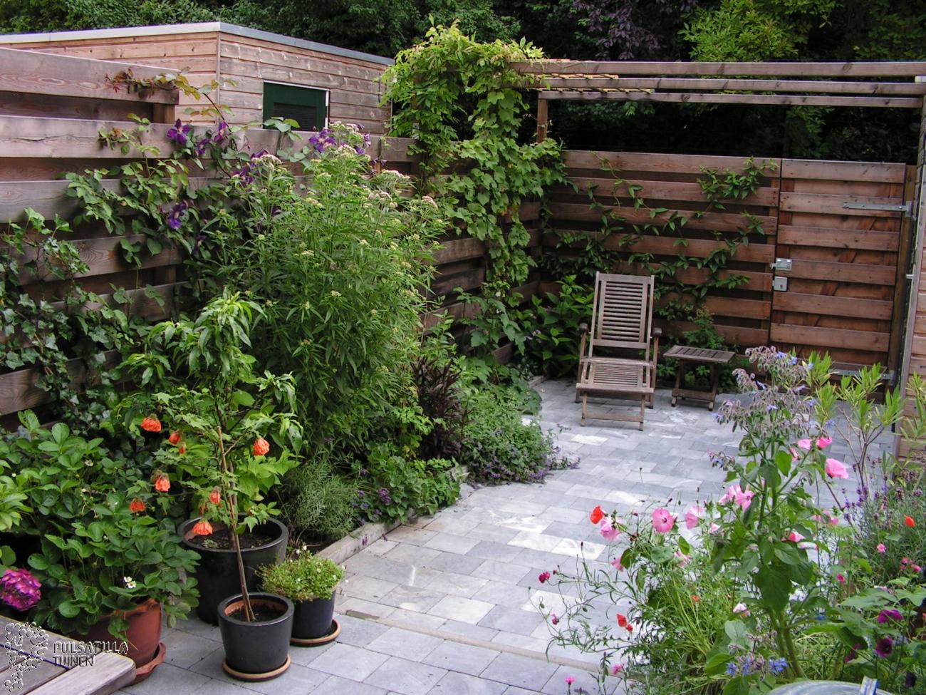 Natuurstenen terras met pergola en groen
