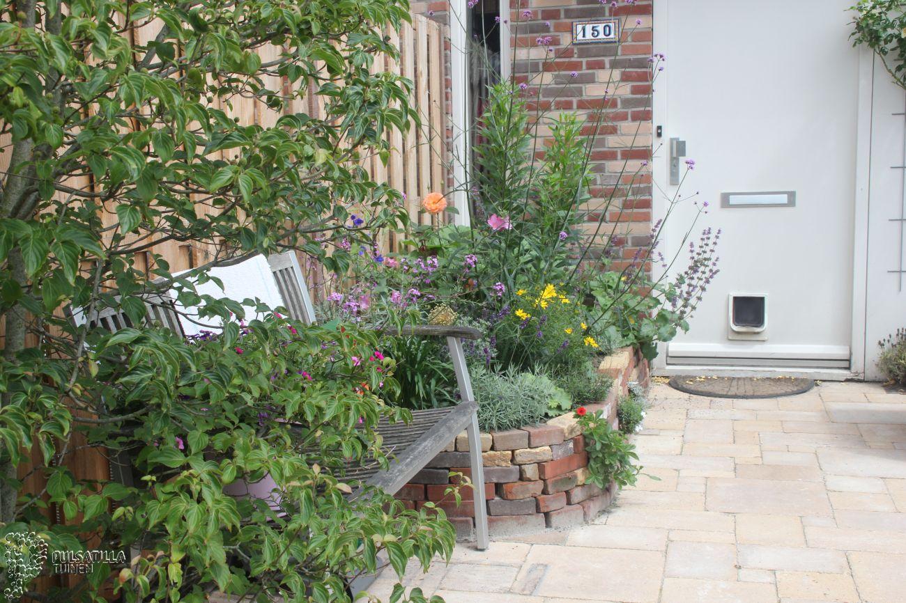 Stapelmuur bloembak bij voordeur